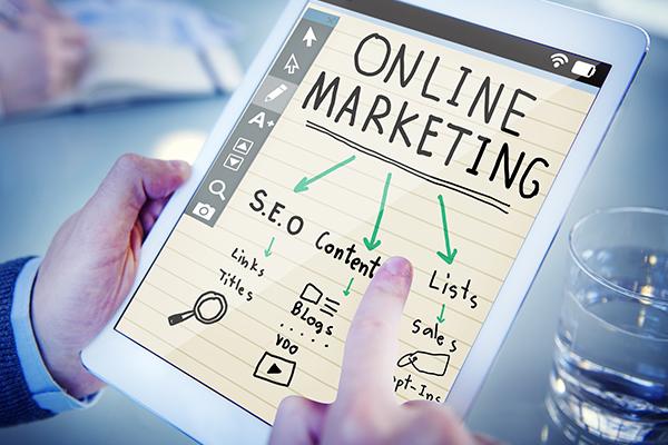 Tablet mit Online-Marketing-Infos