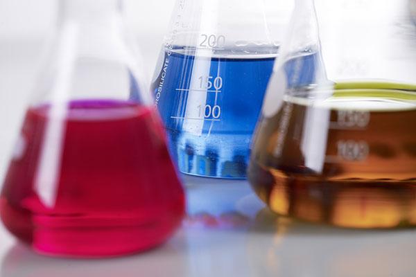 Gläser mit verschieden färbigen Flüssigkeiten