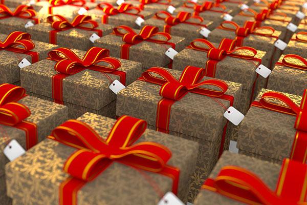 Geschenk-Kartons mit rot-goldenen Schleifen